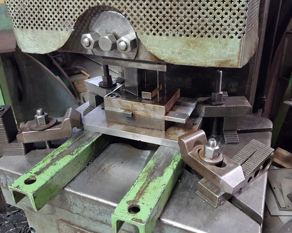 In unserer Schlosserei werden die Blechrohlinge nach dem Bedarf unserer Kunden angefertigt. Dies können einzelne Sonderblechzuschnitte sowie standardisierte Massenstanzbleche sein, die dann gelocht und, je nach Ausführung, flach oder gewölbt hergestellt werden.
